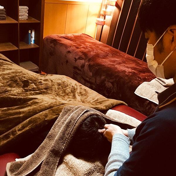八幡西区の睡眠改善マッサージ専門店 | switch 店舗イメージその3 店内ベッドと施術の様子